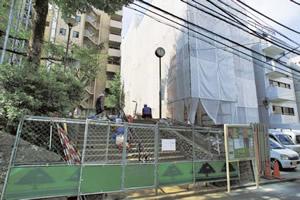 右仮囲いがホテルの改修工事、左階段上が神泉公園