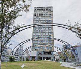 「ホテルの前庭のよう」と指摘されている新宮下公園